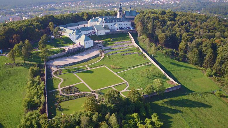 Klasztor na Górze Tarczówka z lotu ptaka prezentuje się niezwykle efektownie. Wybudowano go w latach 1624-1631.