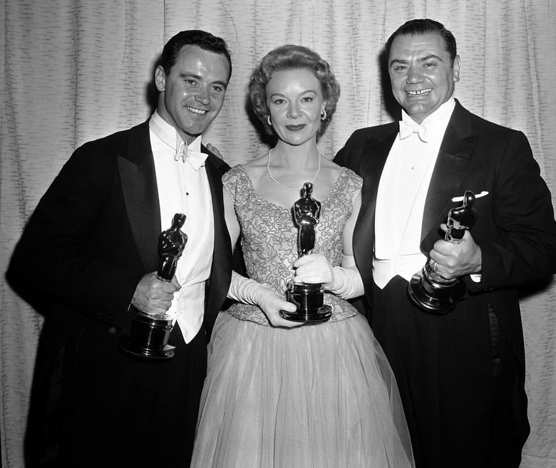 1956 r.Na zdjęciu od lewej Jack Lemmon (najlepszy aktor drugoplanowy), Jo Van Fleet (najlepsza aktorka drugoplanowa) i Ernest Borgnine (najlepszy ak