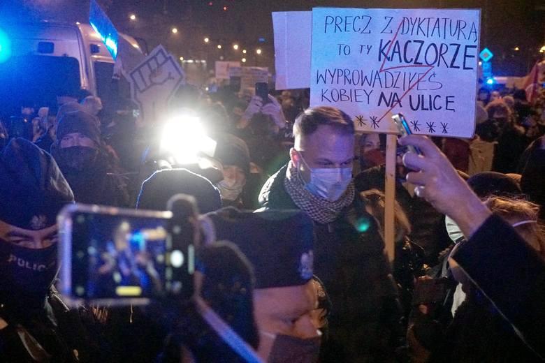 Strajk kobiet w Łodzi zatrzymany przez policję na al. Piłsudskiego. Protest po decyzji TK w sprawie aborcji i przeciwko brutalności policji