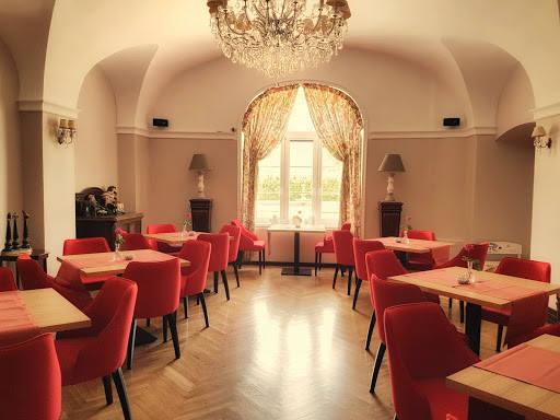 """Zabytkowy obiekt w którym mieści się restauracja, znajduje się w uroczej wsi Brunów. """"Pracujemy na lokalnych produktach najwyższej jakości,"""