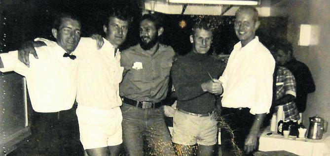Roman Kluza (z brodą, w środku) z załogą m/s Münsterland
