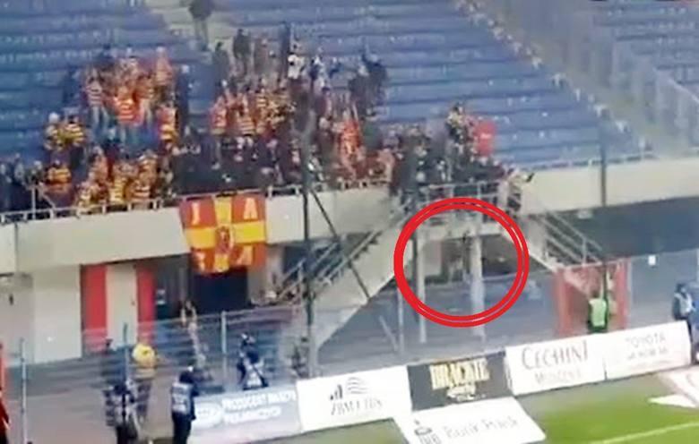 Moment wypadku kibica Jagiellonii na meczu z Piastem w Gliwicach.