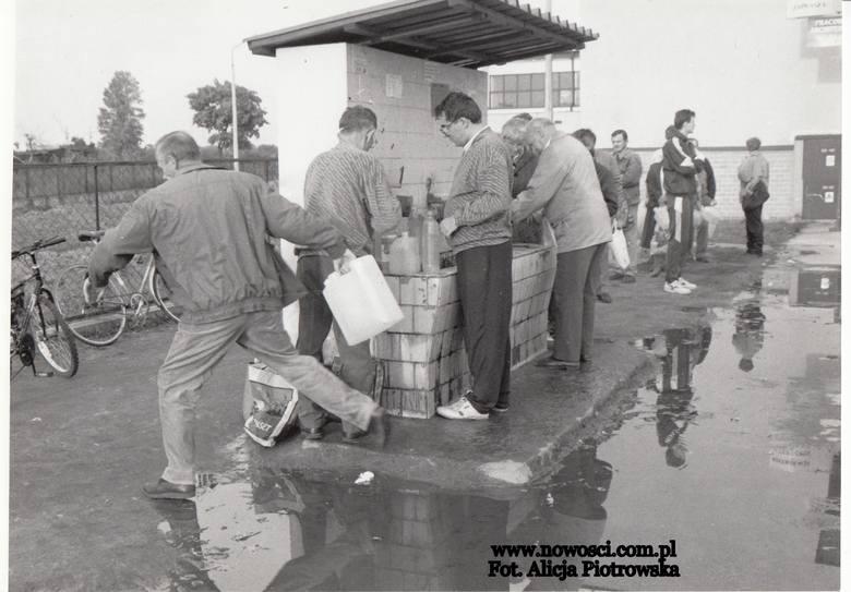 Spragnionych napoić... Kolejka do ujęcia wody przy ulicy Legionów w październiku 1996 roku.Zobacz także: Kamery na Toruń. 8 widoków z kamer na Toruń