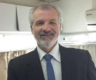 Berkant Müftüler jako Hikmet TarhunUrodził się 30 listopada 1966 r. w Stambule.  Studiował aktorstwo w Kadıköy Public Education Center. Występował w