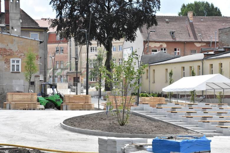 Miasto już wcześniej wyremontowało pl. Matejki , wzięto się też za pl. Teatralny. Problem w tym, że  wokół jest wciąż jest wiele zdewastowanych budynków