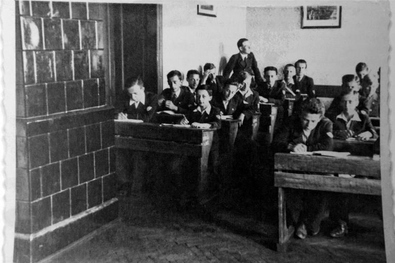 Stanisław Juchnowicz (drugi od lewej) w gimnazjum Mikołaja Kopernika w Samborze około 1934 roku.