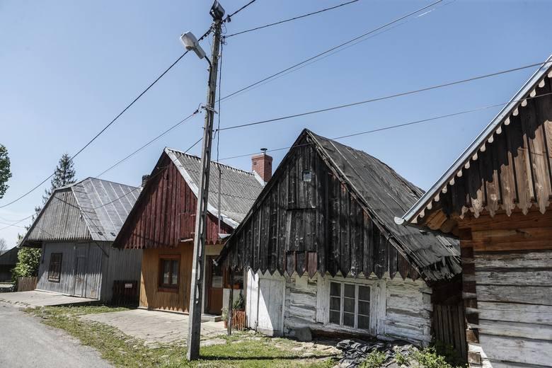 Zabytkowa drewniana zabudowa przy Węgierskiej, ulicy prowadzącej do kościoła.