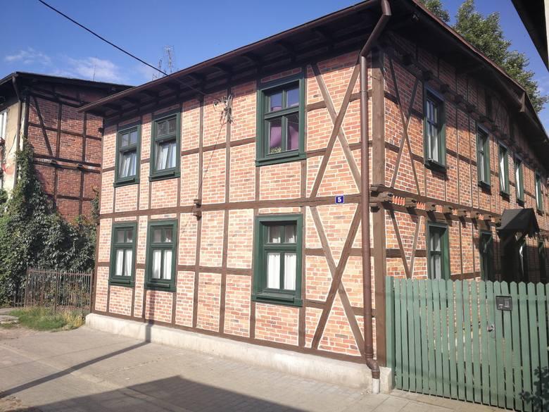 Wyremontowany zgodnie z zalecaniami konserwatora dom przy ul. Stromej 5 jest również dowodem na to, że w domach z pruskiego muru można mieszkać bardzo komfortowo.