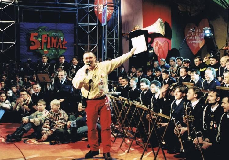 Wielka orkiestra mundurowych odwiedziła 5. finał WOŚP. Tradycja odwiedzin różnych regionalnych zespołów pozostała do dziś. Jurek Owsiak każdy zespół wita z taką samą werwą.