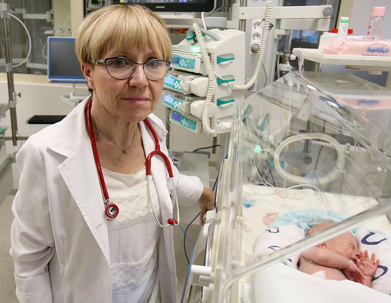 Prof. Ewa Gulczyńska, kierownik kliniki neonatologii w ICZMP przyznaje, że Nikola wybroniła się przed powikłaniami, które najczęściej lekarze obserwują