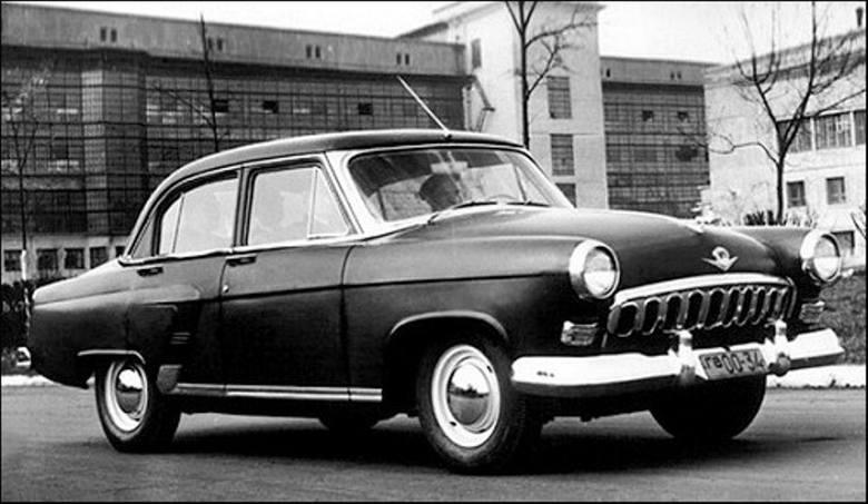 Prototyp Wołgi GAZ M-21 z roku 1955. Osłona wlotu powietrza nie spodobała się marszałkowi Żukowowi. Kilka szczegółów, np. wykrój tylnych drzwi, wygląda nieco inaczej niż w aucie seryjnym<br />