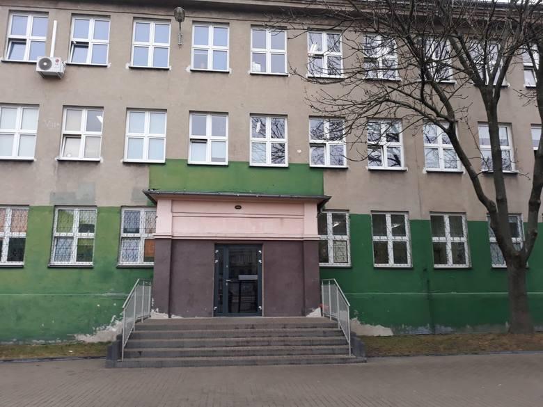 W ciągu trzech tygodni ktoś dwukrotnie ostrzelał  ołowianymi pociskami, miotanymi prawdopodobnie z procy, budynek Szkoły Podstawowej nr 26 przy ul. Pogonowskiego