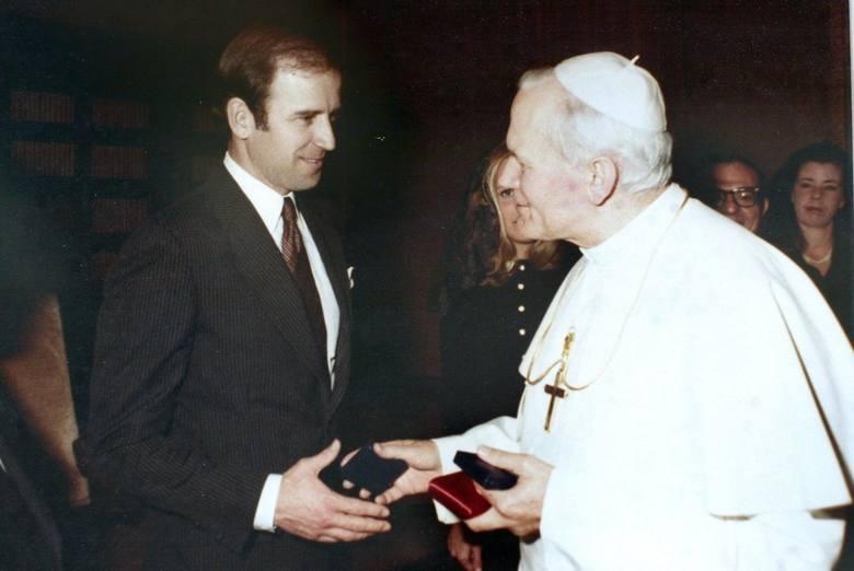 Joe Biden, drugi katolicki prezydent USA, umieścił w Gabinecie Owalnym zdjęcie z papieżem Franciszkiem, co komentowały służby dyplomatyczne Watykanu.