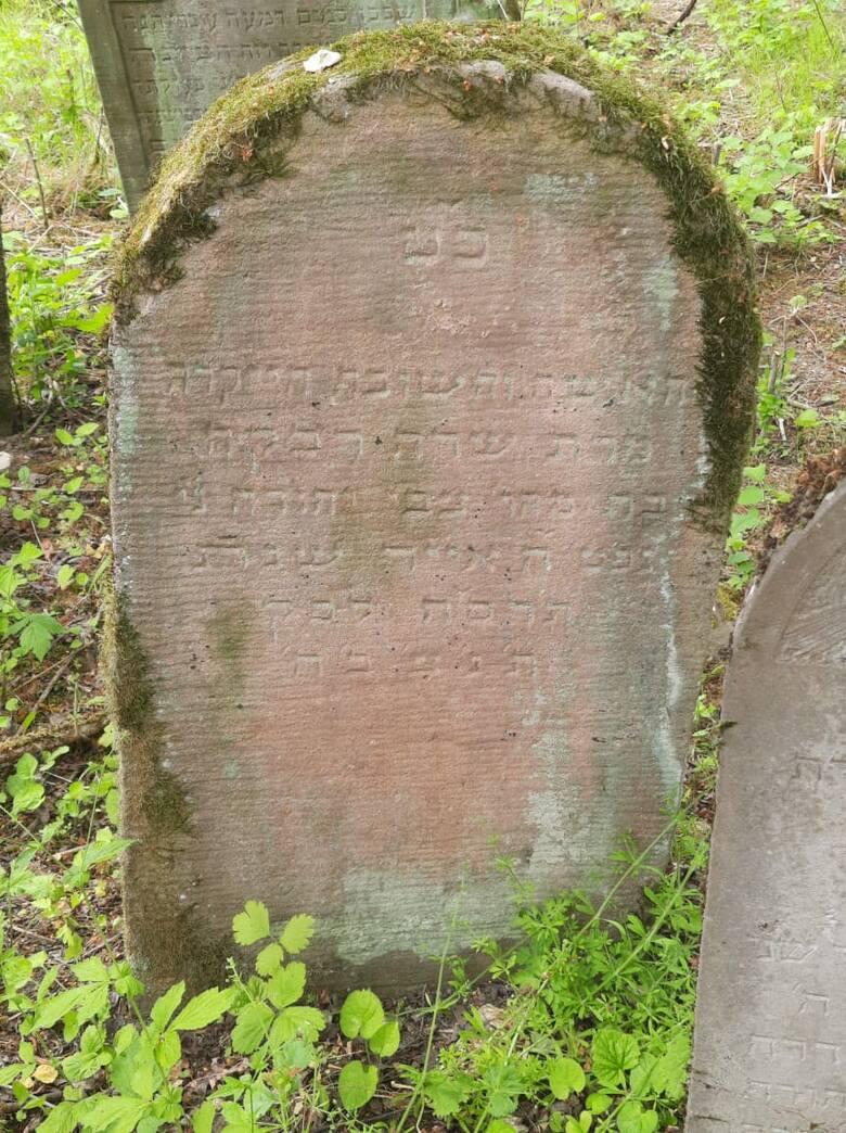 """""""Tu jest pochowana Sara Ryfka, córka Cwi Jehudy..."""""""