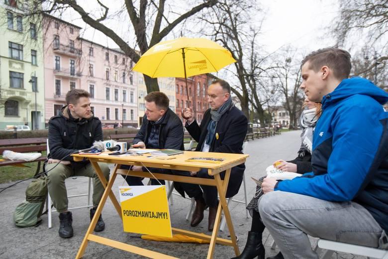 Szymon Hołownia, kandydat na prezydenta w zbliżających się majowych wyborach, spotkał się dziś (10.03.) z mieszkańcami Bydgoszczy na Placu Wolności.
