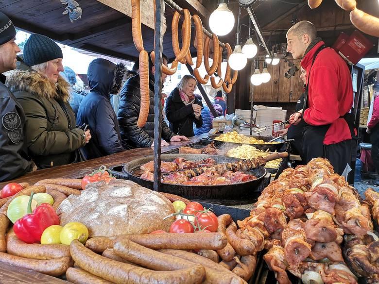 Kraków. Tłumy ludzi, odwiedziły w sobotnie popołudnie  Jarmark Bożonarodzeniowy  [ZDJĘCIA]