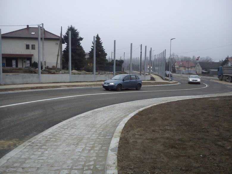 Postępują prace przy budowie ronda na drodze krajowej w Modlnicy. Montują ekrany