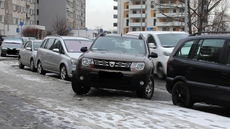 Mieszkańcu budynku, przy ul. Unii Lubelskiej chcą rozwiązać problem z nielegalnym parkowaniem przed swoim blokiem.