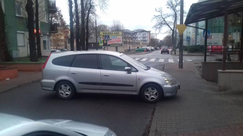 Oto mistrzowie parkowania w Toruniu. Nie uwierzycie, gdzie potrafią pozostawić swoje auto. Jeżeli też macie w swoich telefonach zdjęcia absurdalnie zaparkowanych