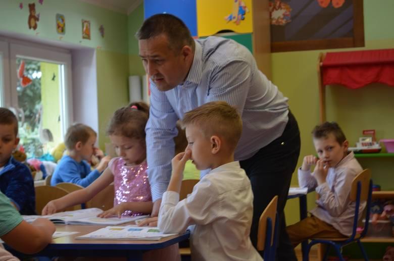 Pawła Żytę, wychowawcę grupy Serduszek z przedszkola w Radwanicach dzieci ciągle zadziwiają swoimi pomysłami, zachowaniem i wrażliwością