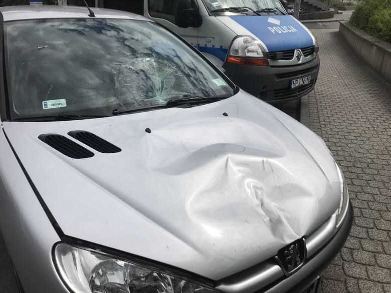 Do wypadku doszło w sobotę około godz. 10.30 na ulicy Ozimskiej. 26-latek, jadący peugeotem, potrącił 61-letnią kobietę na przejściu dla pieszych. W