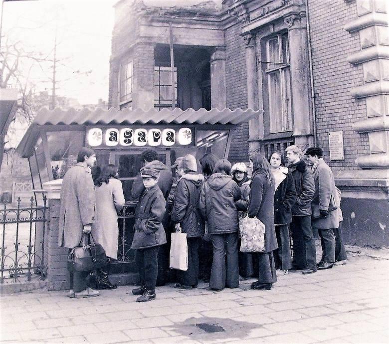 """Kiosk - kwiaciarnia """"Agava"""" przy al. Wojska Polskiego  8 marca 1974 r."""