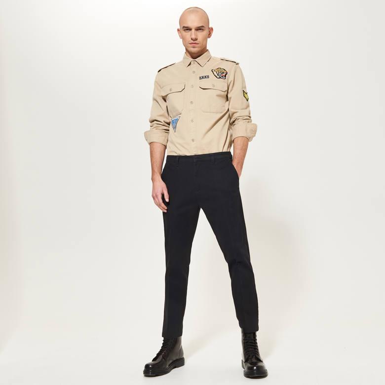 Koszule polskiej marki wycofane ze sprzedaży. Klientom przypominały mundury SA i Hitlerjugend