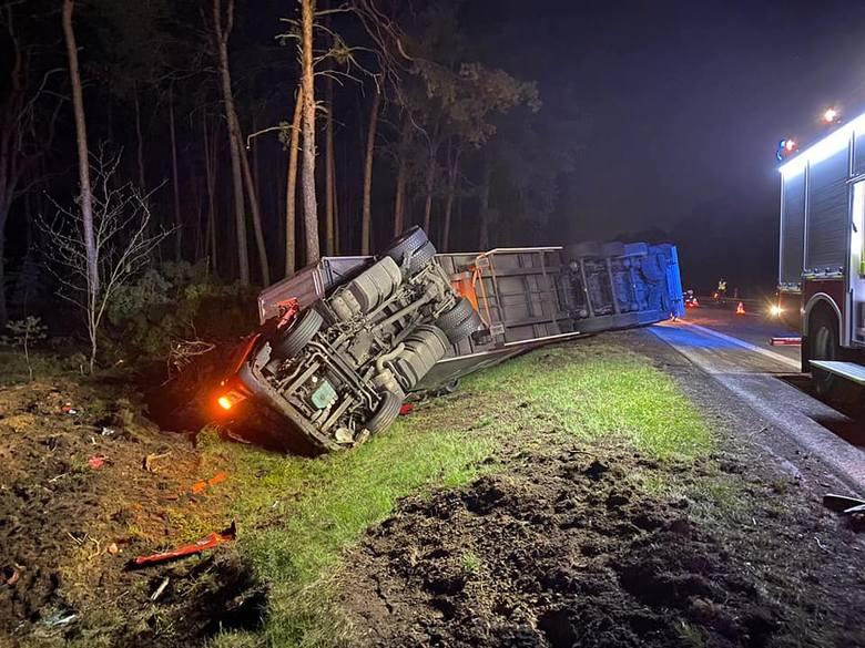 Wypadek na DK10 pod Bydgoszczą. Zmiażdżona kabina kierowcy [zdjęcia]