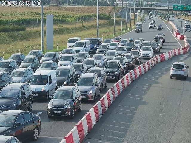 W sobotę, 8 sierpnia 2020 r. na drogach dojazdowych nad morze utworzyły się duże korki. Sytuacja powoli wraca do normy. Na zdj. Rusocin