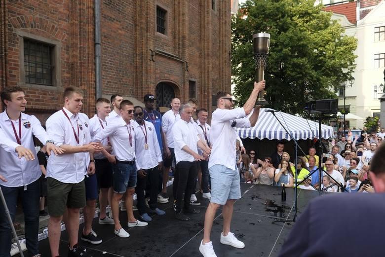 Na toruńskim Rynku Staromiejskim odbyła się feta z okazji zdobycia wicemistrzostwa Polski przez koszykarzy Polskiego Cukru. Z kibicami spotkała się niemal