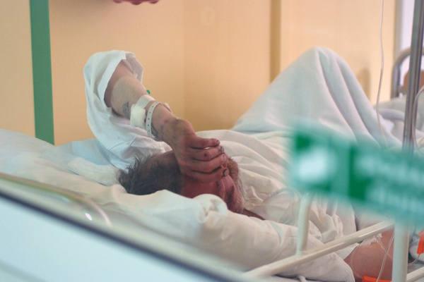 Mężczyzna podpalony w parku przez nieznanych sprawców przebywa w szpitalu im. Barlickiego.