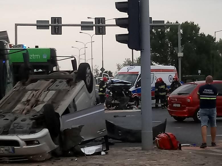W piątek, 14 sierpnia, przed godz. 18.30 doszło do zderzenia samochodu osobowego i karetki na skrzyżowaniu Al. Solidarności i Księcia Mieszka I. Trzy