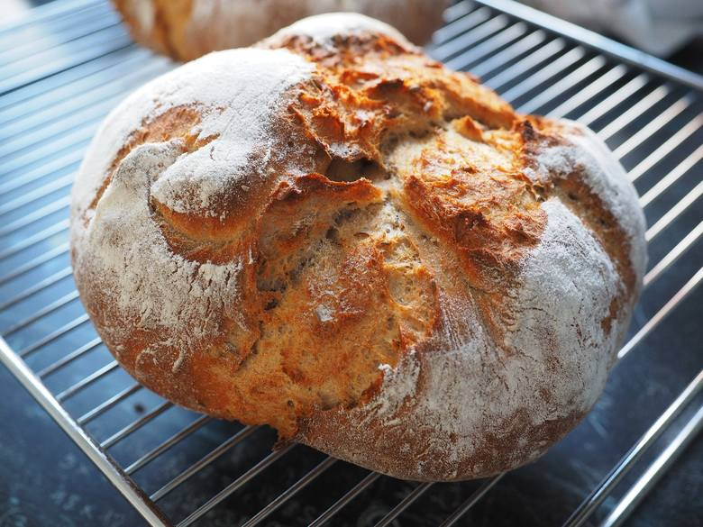 Domowy chleb nie wymaga wiele pracy i najlepiej smakuje świeży, jednak należy go jeść dopiero po całkowitym ostudzeniu na kratce, na którą powinien zostać