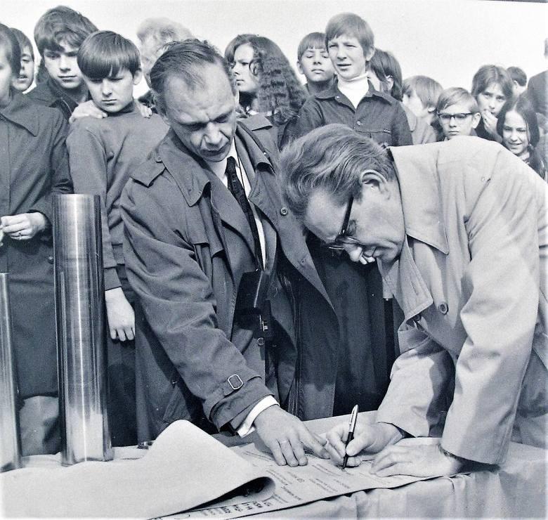 """15 październik 1973 r., podpisywanie aktu erekcyjnego budowy nowej """"Pomorzanki"""""""