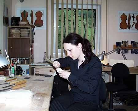 Joanna Plęs pracuje nad kolejnym instrumentem.