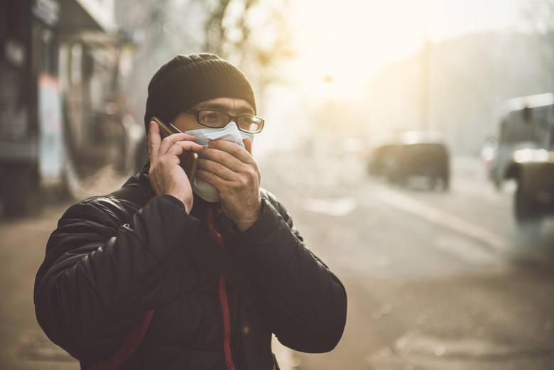 Mężczyzna w maseczce - pandemia koronawirusa