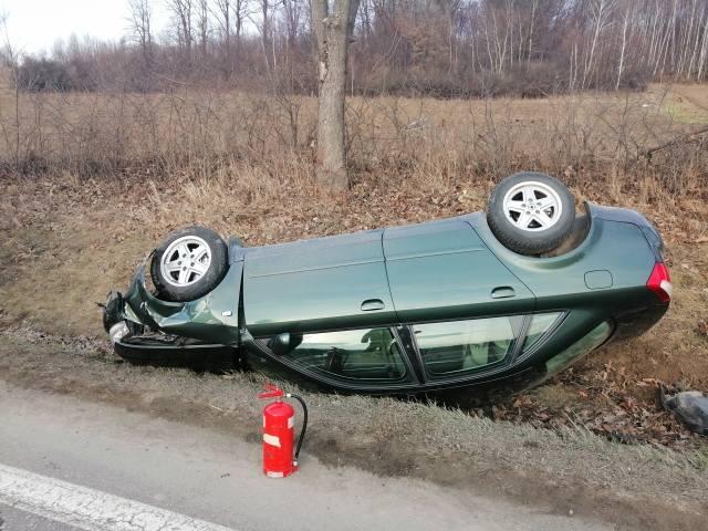 Do zdarzenia doszło w Bliznem koło Brzozowa. Z ustaleń funkcjonariuszy wynika, że kierujący audi prawdopodobnie zasnął za kierownicą. Mężczyzna na łuku