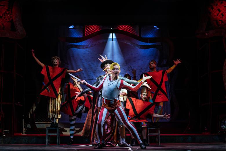 """Musical """"Pippin"""", którego premiera odbyła się w Teatrze Muzycznym przynosi wiele dynamicznych scen zbiorowych."""