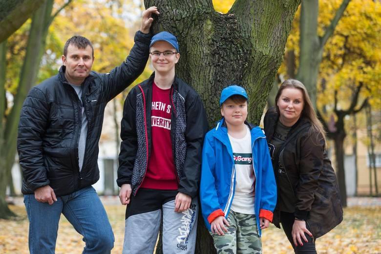 Rodzina Surowców w komplecie, od lewej: tata Tomasz, Patryk, młodszy brat Bartek i mama Anna. Patryka czeka jeszcze dłuższa rehabilitacja.