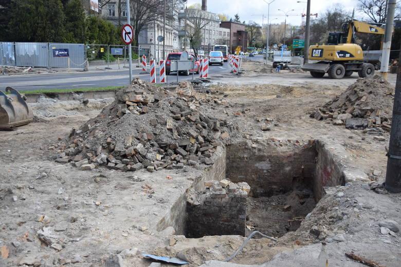 U zbiegu Wybickiego i Chrobrego odsłonięto piwnicę.