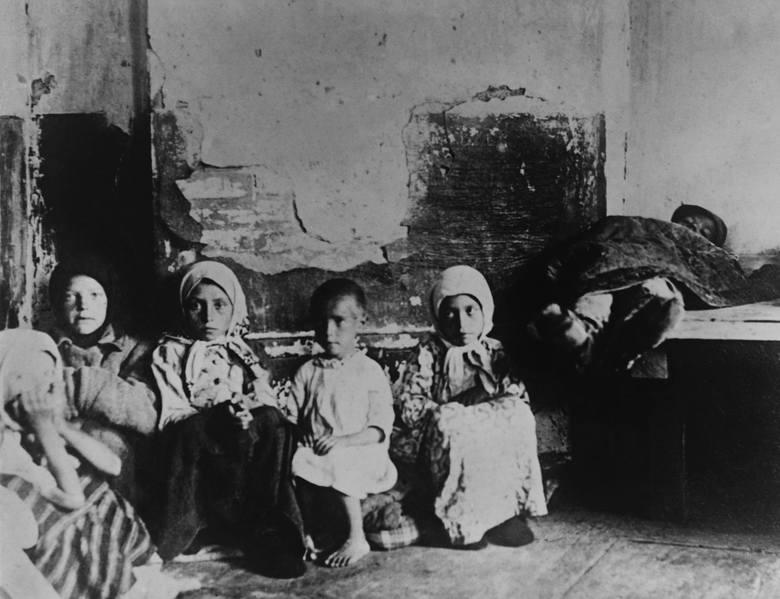 Głodujące dzieci opuszczone przez rodziców w Samarze