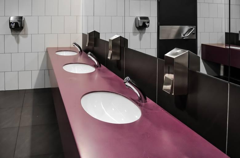 51%49% pracowników akceptuje rozmowy w łazience, w które musi się mimowolnie angażować. To pokazuje, że wiele osób potrzebuje w pracy miejsca, w których