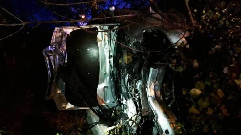 Nowy Sącz wypadek. Na ul. Jagodowej samochód wypadł z drogi i uderzył w drzewo