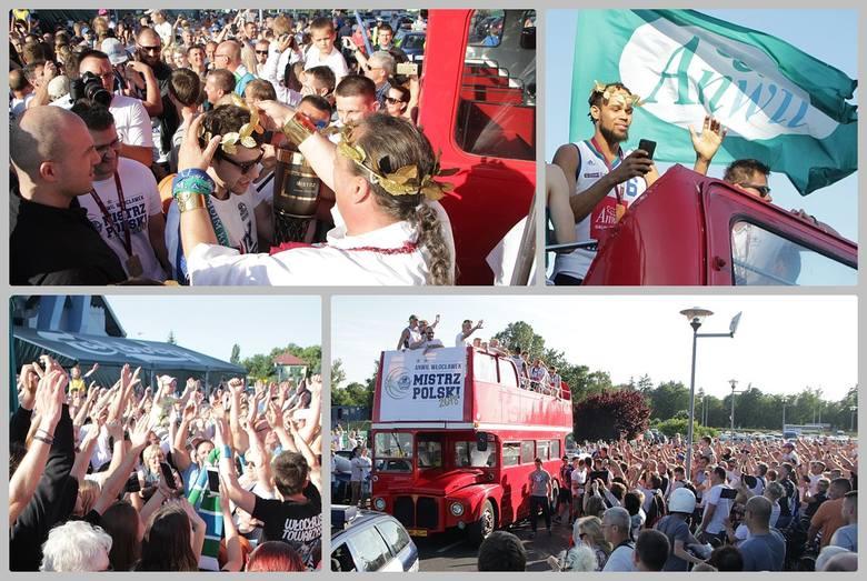 We wtorek znów tłum zebrał się pod Halą Mistrzów, tym razem, by oklaskiwać koszykarzy Anwilu Włocławek i odprowadzić ich do autokaru. Specjalnym angielskim