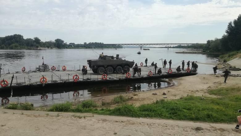 """Polscy i amerykańscy żołnierze w Chełmie przeprowadzili ćwiczenia nad Wisłą. To część manewrów wojskowych NATO """"Saber Strike"""", dowodzonych przez Stany"""