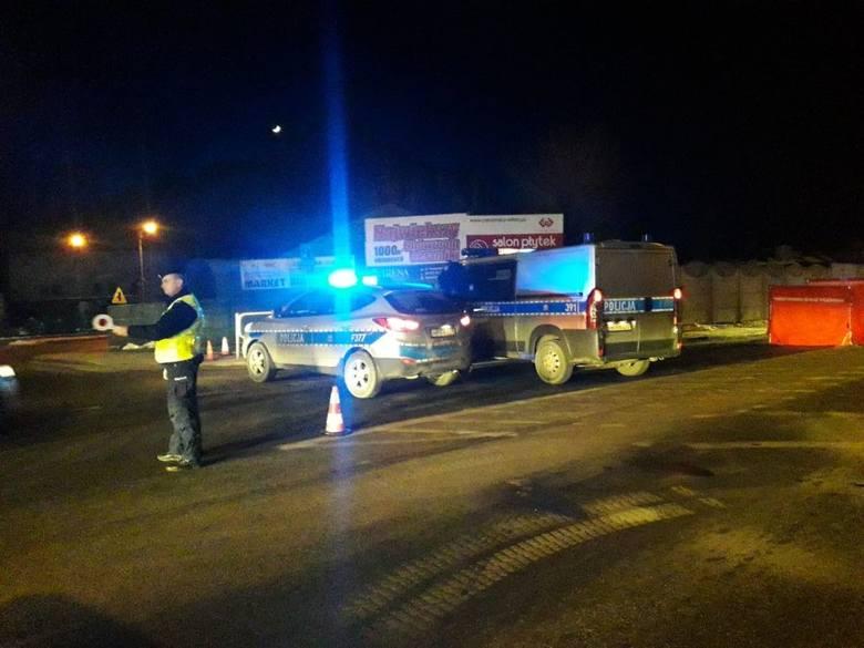 Wypadek miał miejsce około godziny 17:40 na ulicy Leśnej w Opocznie. Jak ustalili policjanci, 75-letnia piesza, w miejscu do tego nieprzeznaczonym, wtargnęła