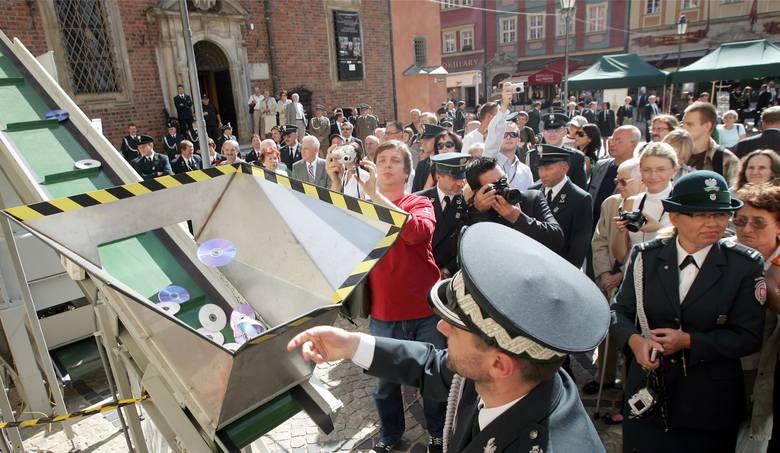 Celnicy niszczą pirackie płyty wrzucając je do specjalnie przygotowanego młynka (Wrocław)