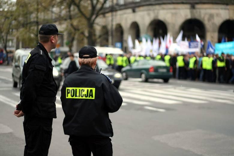 """""""Psia grypa"""" w Świętokrzyskiem coraz bardziej zaraźliwa. Już tysiąc policjantów z regionu jest na zwolnieniu!"""