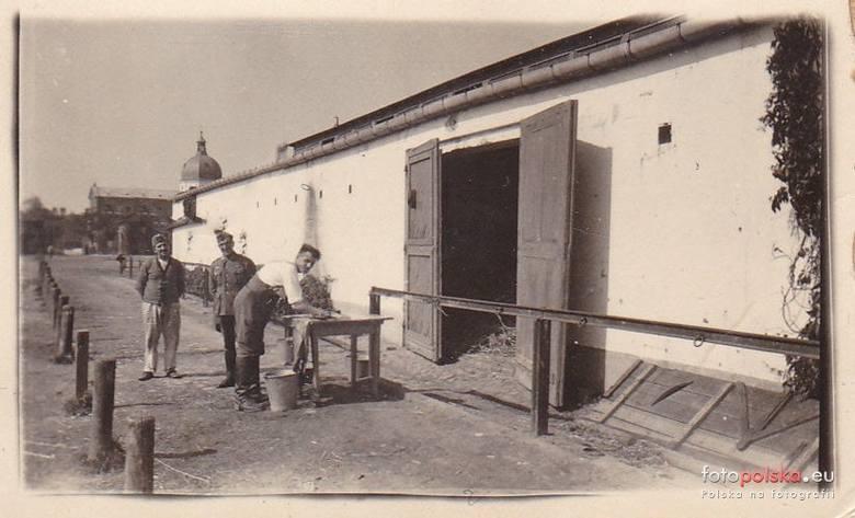 6. październik 1939, Skierniewice, koszary <br /> W głębi znajduje się wieża kościoła garnizonowego Wniebowzięcia NMP. Prawdopodobnie są to budynki na wschód od ulicy Kilińskiego