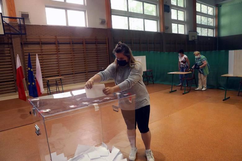 Sondaż: Zacięta walka w II turze wyborów prezydenckich. Nieznaczna przewaga Trzaskowskiego